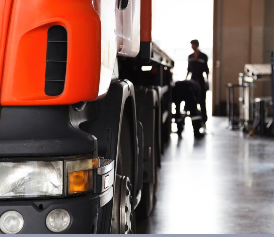 lewy przedni bok kabiny kierowcy tira